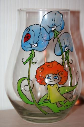 ваза с рыжей девочкой и одуванчикамиваза с милой рыжеволосой девочкой, одуванчиками и божьей коровко