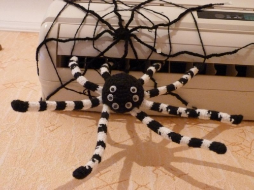 Паук с паутиной вязаный крючком из акрила
