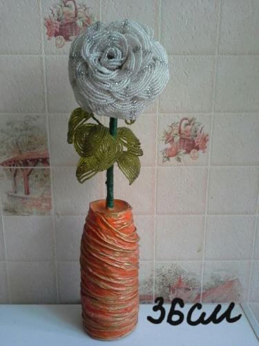 Роза из белого бисера в вазе