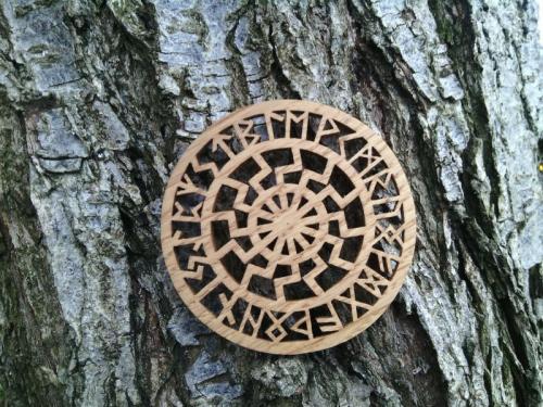 обереги из дерева, оберег Чёрное Солнце в руническом круге, славянский оберег