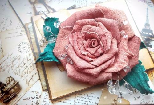 Брошь чайная роза
