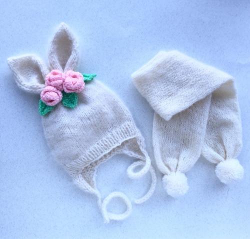 Вязаная шапочка с шарфиком для девочки.